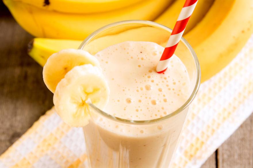 Ledų kokteilis su braškėmis ir bananais
